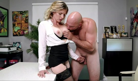 Mom in the office in stockings fucked a brutal colleague and enjoyed a thick cock