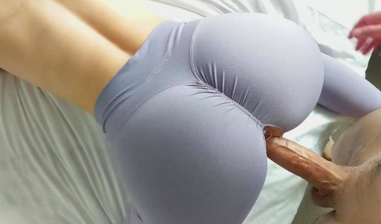 Red-haired beauty in leggings cannot deny herself homemade porn close-up
