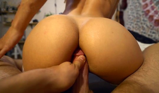 Bootyfull wife with anal plug in the point showed close-UPS of her sex with husband