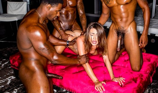 Negros with long barrels gave the brunette double penetration and anal